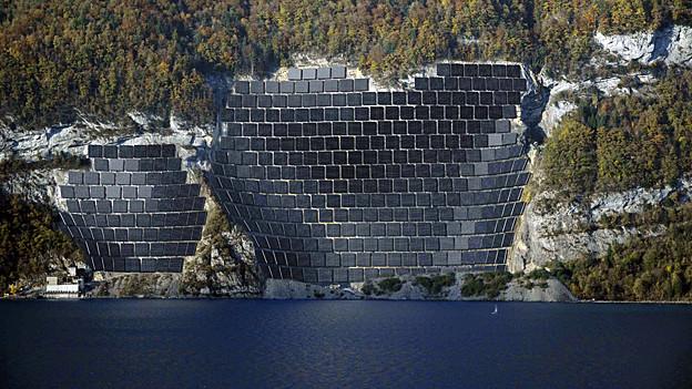 Am Walensee sind Solarzellen so gross wie elf Fusballfelder geplant.