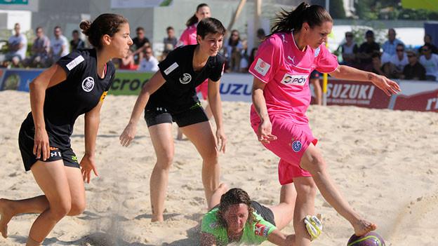 Die Fussballerinnen gehen, der Sand bleibt: Neu soll darauf Volleyball gespielt werden.
