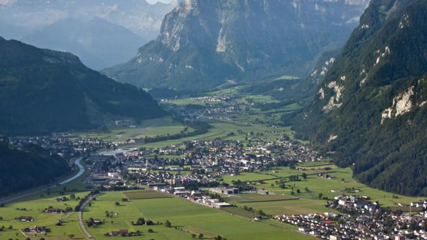 Sicht von oben auf die Gemeinde Glarus Nord.