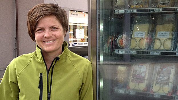 Käserin Didi Risi hat den ersten Käseautomaten der Schweiz in Betrieb genommen.