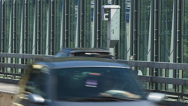Auto fährt an Radarfalle vorbei