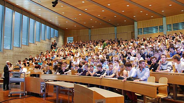 Voller Hörsaal an der Uni St. Gallen