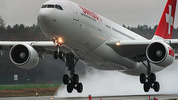 Ein Flugzeug startet auf einer Piste am Flughafen Zürich.