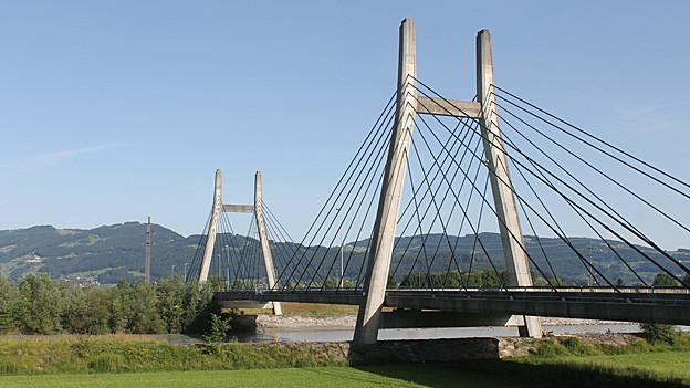 Über die Rheinbrücke rollen täglich tausende von Fahrzeugen