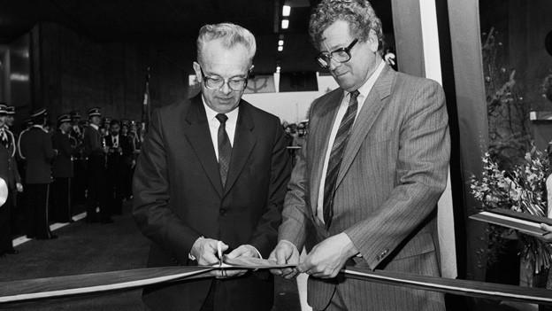 Bundesrat Schlumpf und der Glarner Baudirektor Rhyner bei der Tunneleröffnung 1986.