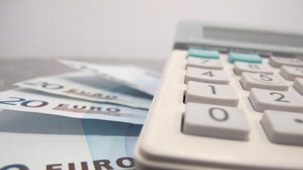 Euro-Noten und Taschenrechner