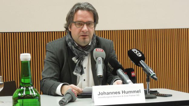 Johannes Hummel informiert die Medien über Strafanzeige