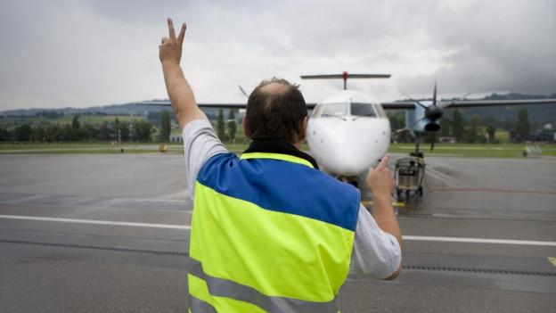 Fluglotse weits Flugzeug ein