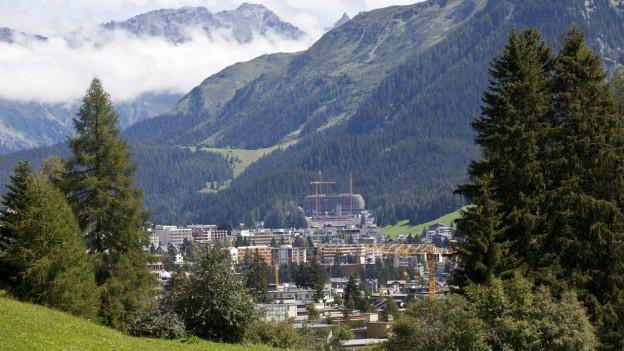 Blick auf Davos und die Alpen.