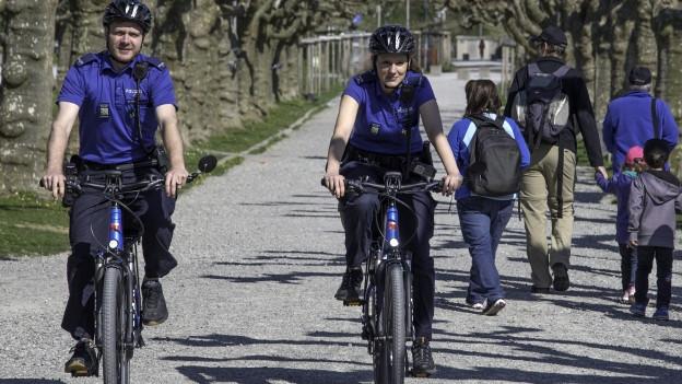 Polizisten auf dem Velo.