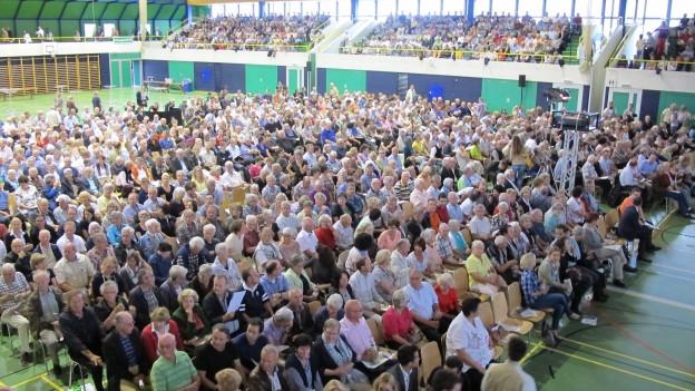 Rund 2'000 Bürger und Bürgerinnen fanden sich in der Sporthalle Grünfeld ein.
