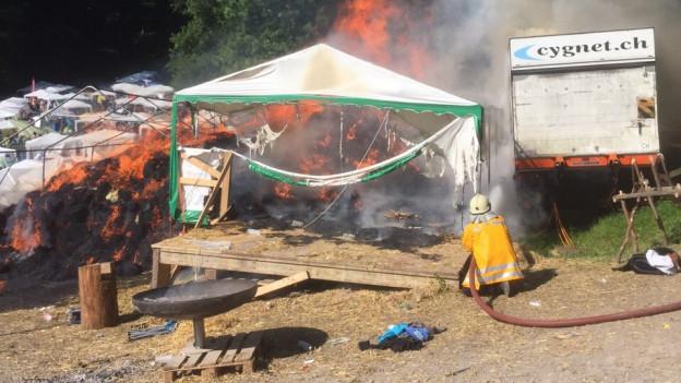 Am Sonntag Morgen brannten 300 Strohballen. Verletzt hat sich niemand.