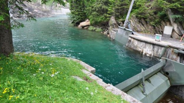 Die Moësa im Misox: Die Wasserfassung hält Wasser zurück, so dass unterhalb des Kraftwerks kaum Wasser zurück bleibt
