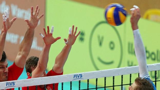 Volleyballspieler am Netz