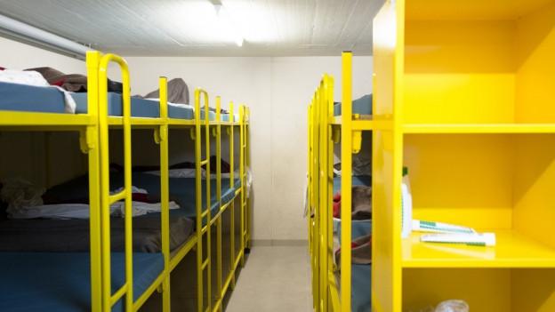 Da die bestehenden Asylzentren voll sind, sollen die Asylsuchenden in Zivilschutzanlagen untergebracht werden.