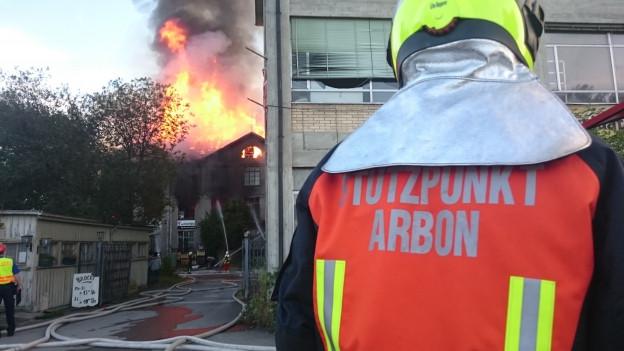 Die Feuerwehr steht mit einem Grossaufgebot im Einsatz.