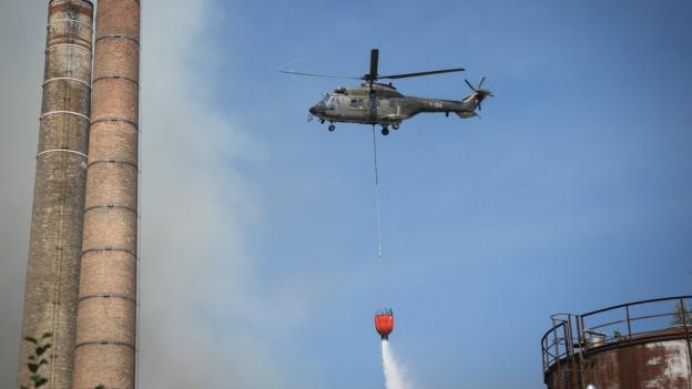 Helikopter beim Löscheinsatz