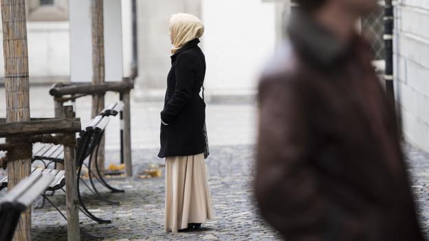 Weil die Tochter in der Schule kein Kopftuch tragen durfte, unterrichteten die Eltern sie über mehrere Wochen zu Hause.