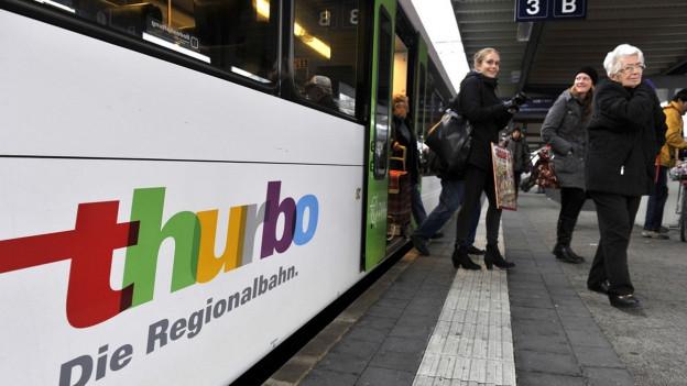 Passagiere steigen aus Thurbo-Zug aus.