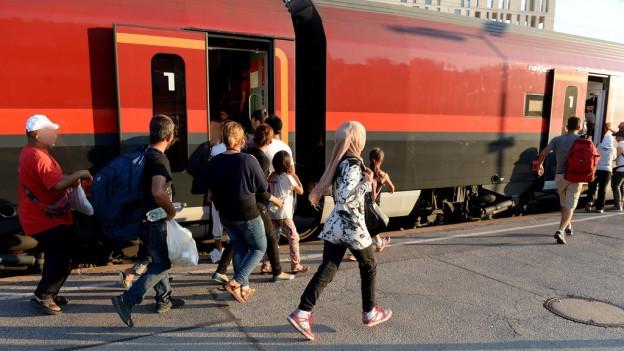 Flüchtlinge besteigen in Wien den Zug