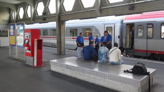 Flüchtlinge und Polizisten am Bahnhof Buchs.