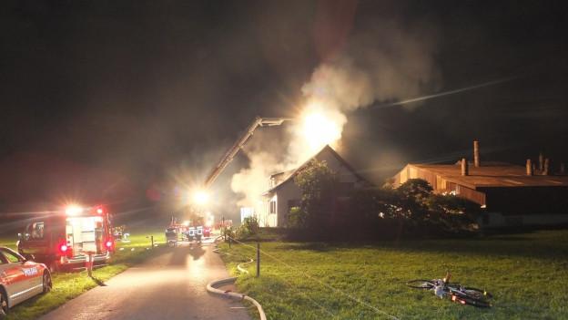 Die Asylunterkunft Kaltbrunn steht in Flammen.