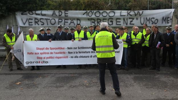 Die Mitarbeiter versammelten sich in St. Gallen vor der Zollstelle.