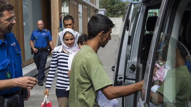 Eine Flüchtlingsfamilie wird in das Bundeszentrum nach Altstätten gebracht.