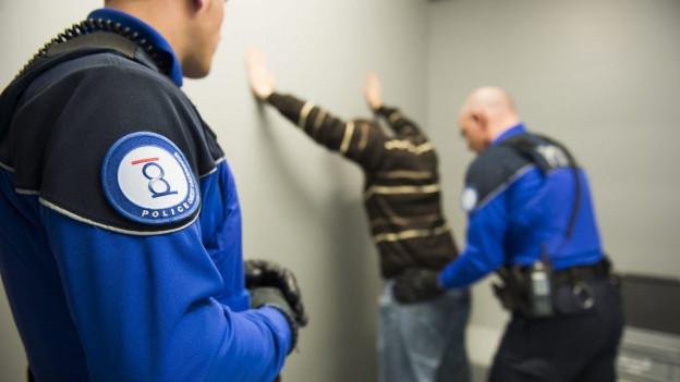 Häftlinge werden genau untersucht: Illegale Gegenstände, wie etwa ein Mobiltelefon, werden den Insassen abgenommen.