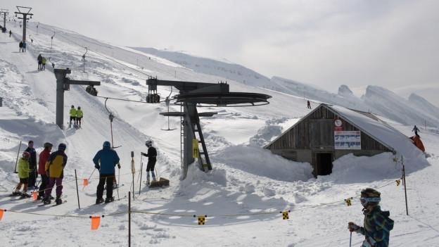 Die Churfirsten im Hintergrund sind typisch für das Skigebiet Obertoggenburg.