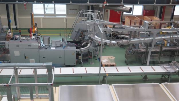 Eines der bekanntesten Maestrani-Produkte, das «Minörli», wird am Stück gegossen und dann geschnitten.