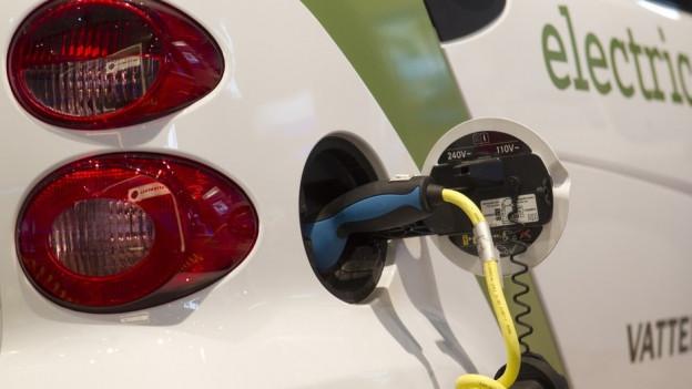 Bild in Lightbox öffnen. Bildlegende: Das Energiekonzept von zehn Gemeinden im Linthgebiet sieht weitere Elektrotankstellen vor.