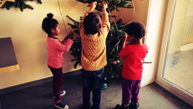 Die Kinder und auch Erwachsenen im Wohnfoyer in Wil können wählen, ob sie helfen wollen, den Christbaum zu schmücken.
