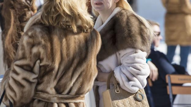Gut betuchte Russen beim Shopping