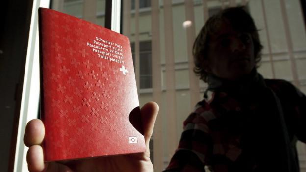 Der Schweizerpass soll für Einbürgerungswillige leichter zu haben sein.
