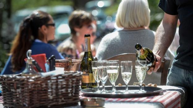 «Wirten bedeutet mehr als ein bisschen Getränke ausschenken», sagen die Befürworter des neuen Gesetzes. Keystone