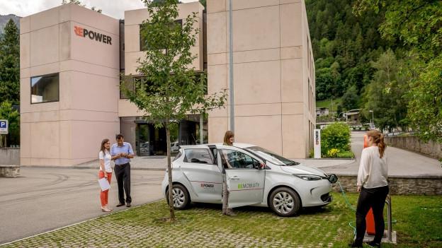 Repower Gebäude. Davor wird ein Auto mit Strom getankt.