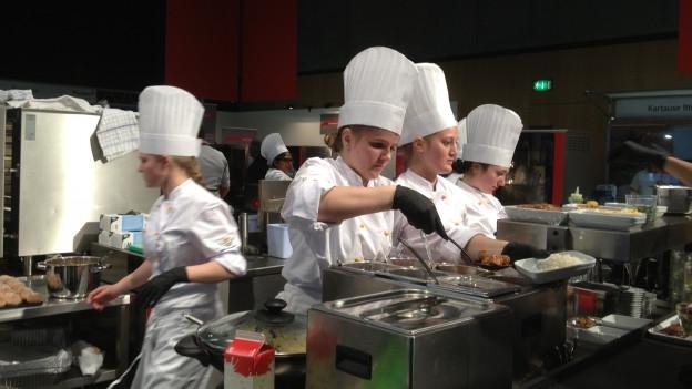 in Lightbox öffnen. Bildlegende: Ostschweizer Nachwuchsköche kochen an der OFFA Spezialitäten aus der Ostschweiz.