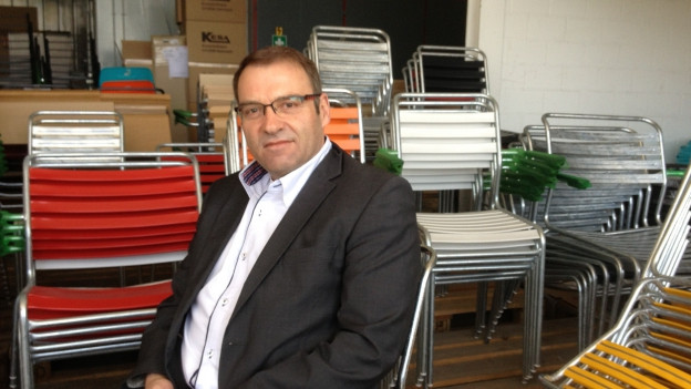 Martin Schaffner vor seinem Klassiker, dem Gartenstuhl «Säntis»