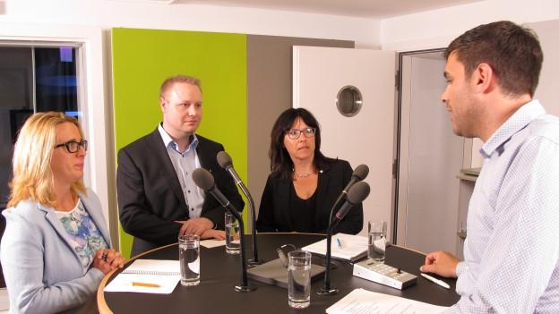 Bruno Eisenhut im Gespräch mit drei Ausserrhoder Politikern