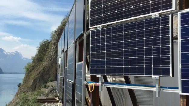 Die Stellung der Solarmodule an der Testanlage am Walensee wird neu ausgerichtet