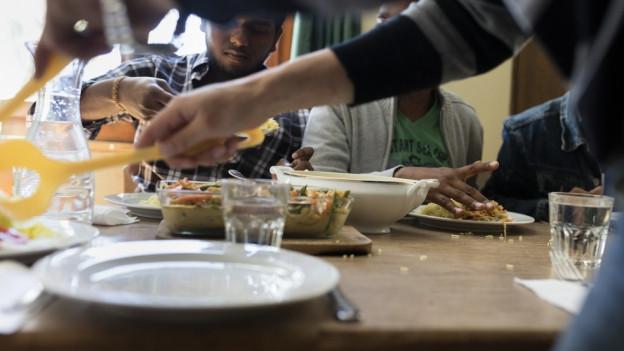 Menschen am essen.