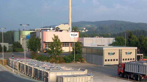 Fabrikgebäude mit Leitungen.