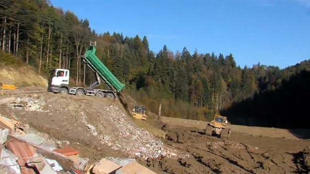 Lastwagen entlädt Bauschutt in Deponie