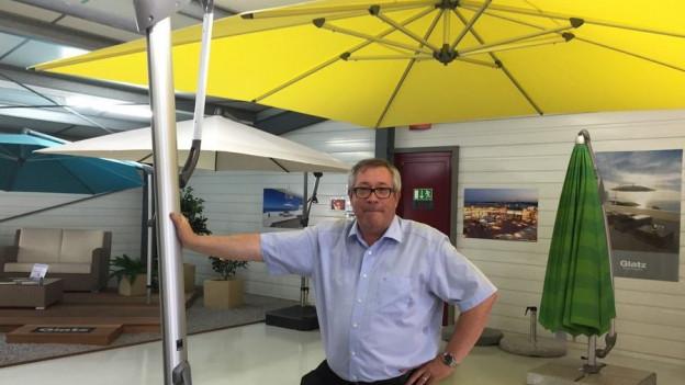 CEO Markus Glatz vor einem seiner Sonnenschirma in Frauenfeld