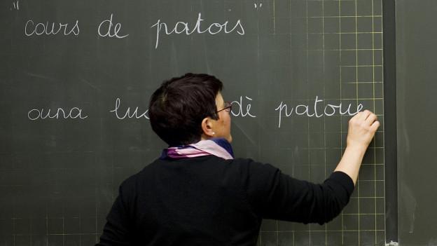 Lehrerin unterrichtet Französisch