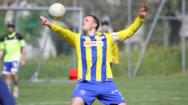 Marco Eymann nimmt einen Ball ab.