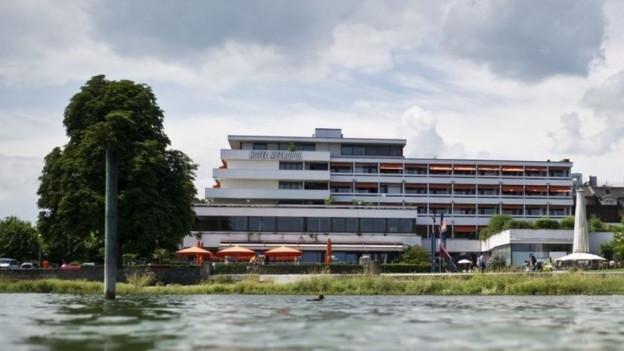 Der schiffs-ähnliche Hotelbau am Arboner Seeufer soll weichen.