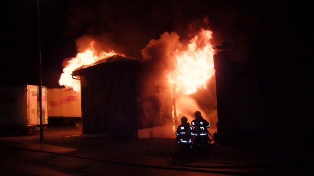 Die Polizei konnte das Feuer löschen. Es ist der siebte Brand in den letzten Monaten.