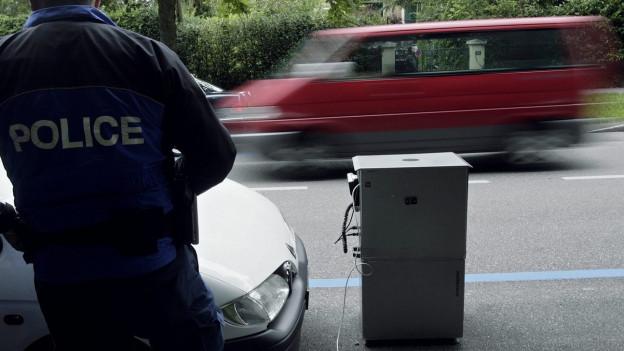Ein «Blechpolizist», aufgestellt an einer befahrenen Strasse.